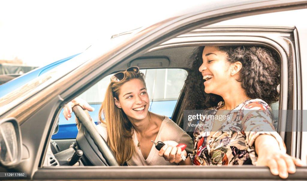 Junge beste Freundinnen, die Spaß am Auto Roadtrip Moment - Verkehrskonzept und normale Stadtleben mit Frauen Freundinnen im glücklich Reisen Urlaub auf der Straße - hell azurblauen filter : Stock-Foto