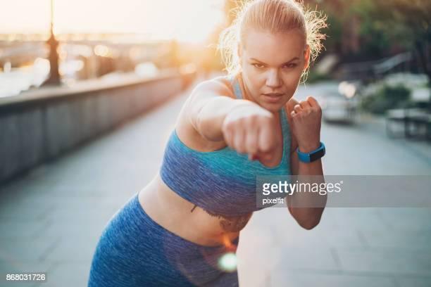 Exterior de formación joven boxeadora
