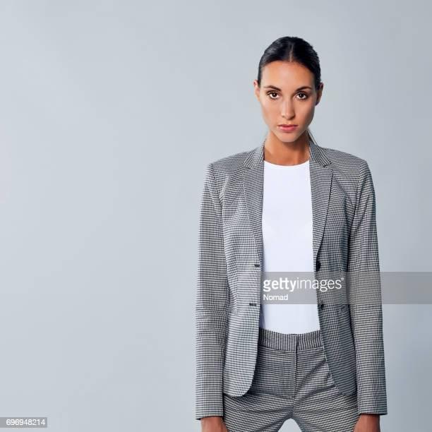 Junge weibliche Geschäftsmann Anzug