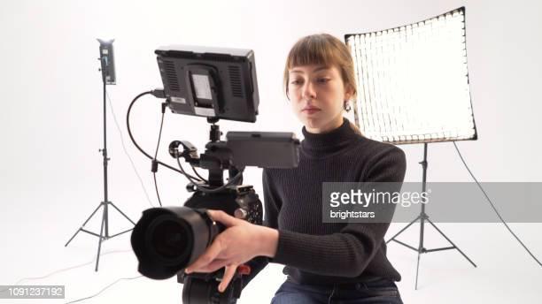 若い女性のカメラ オペレーター - 映画セット ストックフォトと画像