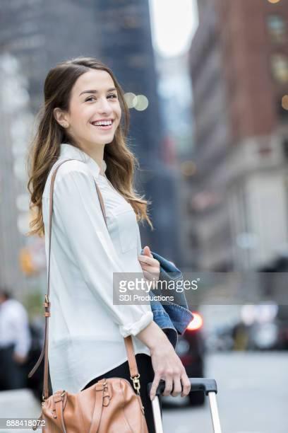 カメラのための若い女性都市観光笑顔