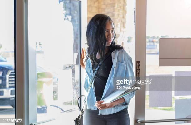 若い女子大生が喫茶店に入る - 入る ストックフォトと画像
