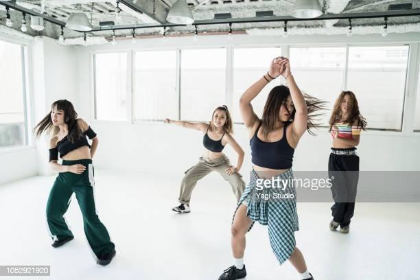 jovem dançarino feminino no estúdio de dança. - funky - fotografias e filmes do acervo