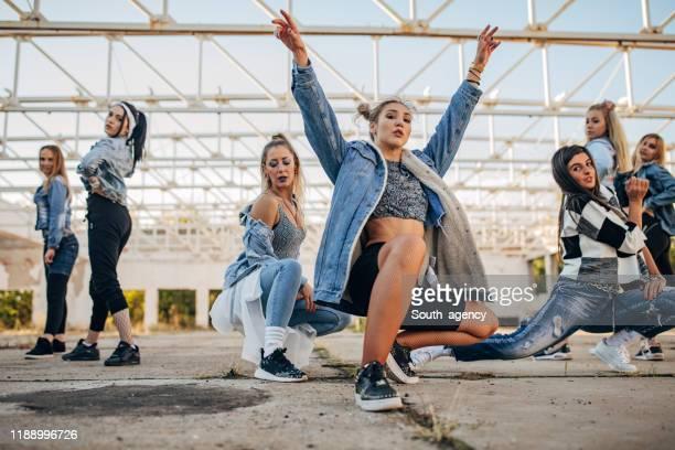unga kvinnliga dansare - dance troupe bildbanksfoton och bilder
