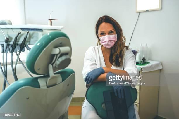 彼女のオフィスで若い女性歯科医 - 歯科衛生士 ストックフォトと画像