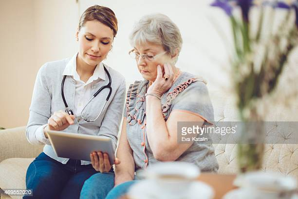 Jeune femme médecin consulte un patient senior