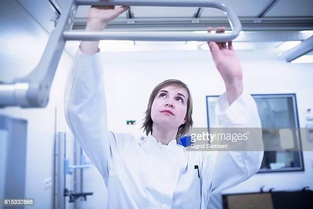 young female doctor using x-ray machine in hospital, freiburg im breisgau, baden-württemberg, germany - sigrid gombert stockfoto's en -beelden