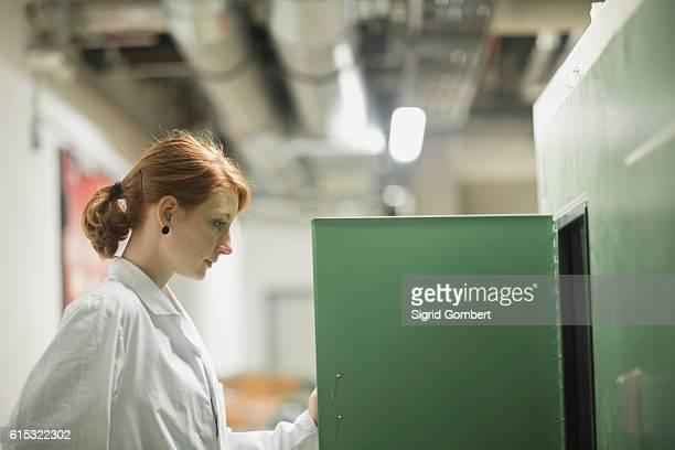 young female engineer controlling a switch gear in control room, freiburg im breisgau, baden-württemberg, germany - sigrid gombert fotografías e imágenes de stock