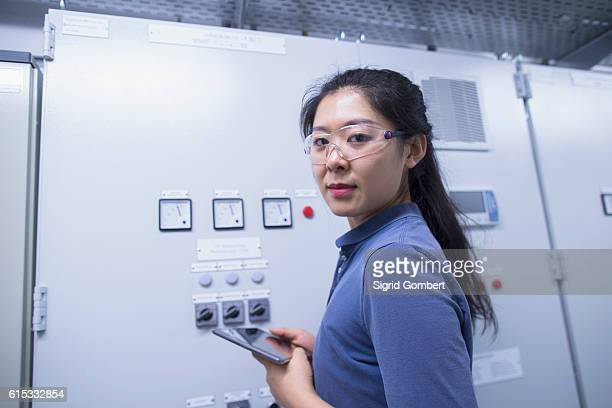 young female engineer updating control panel using digital tablet in an industrial plant, freiburg im breisgau, baden-württemberg, germany - sigrid gombert stock-fotos und bilder