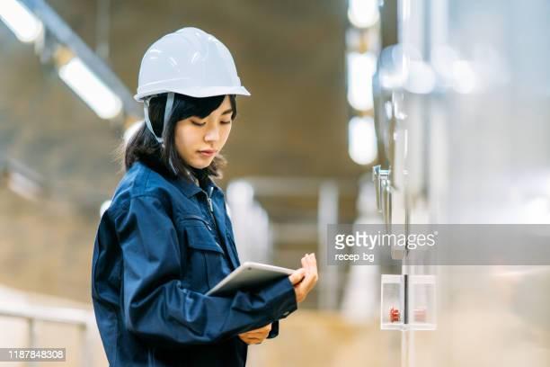 エンジニアリング施設で働く若い女性エンジニア - 工場 ストックフォトと画像