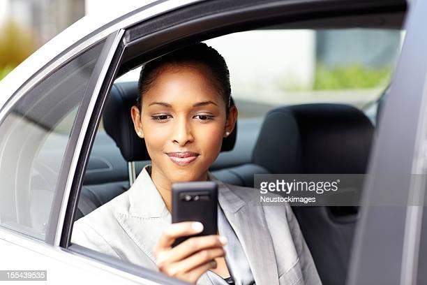 Junge weibliche Executive liest SMS-Nachricht