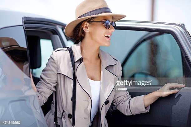 Jeune femme sortant d'une voiture