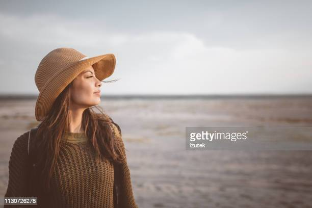 young female explorer looking away in desert - castanho imagens e fotografias de stock