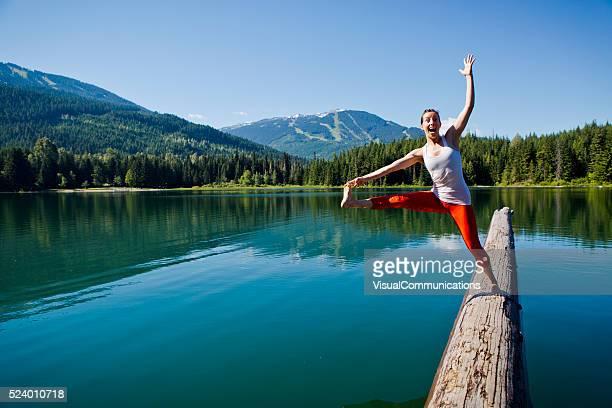 Joven mujer caída en el lago.