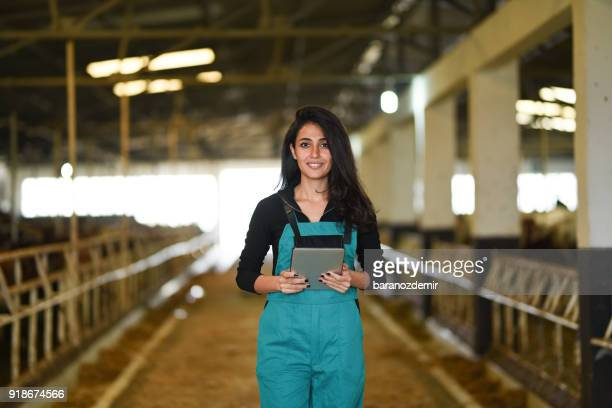 Junge Bäuerin mit einem digitalen tablet