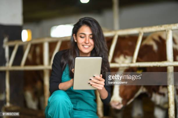 Jeune agricultrice en utilisant une tablette numérique