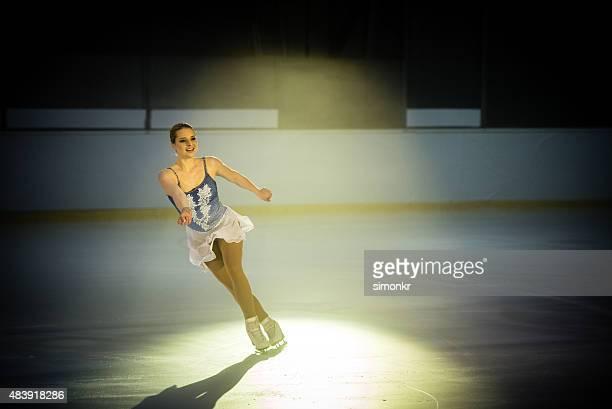 フィギュアスケート選手若い女性を実行する - figure skating ストックフォトと画像