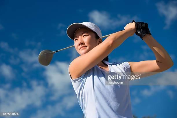 若い女性のゴルフプレー - 女子 ゴルフ ストックフォトと画像