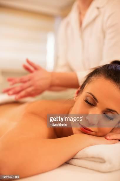 Jeune femme ayant le massage du dos