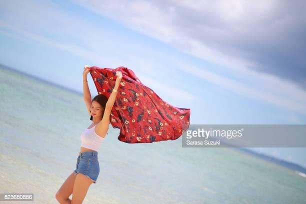 若い女性の楽しい時を過します。 - 若い女性一人 ストックフォトと画像