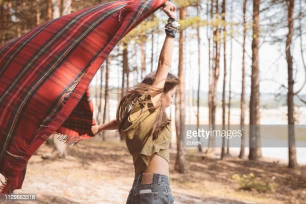 junge weibliche wanderer halten decke im wald - junge frau allein stock-fotos und bilder