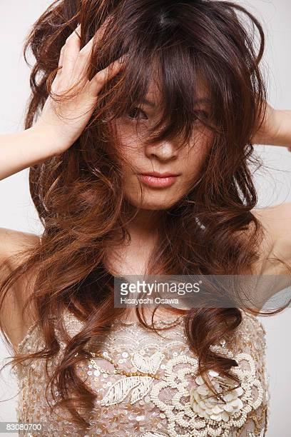 young female holding her head  - mão no cabelo - fotografias e filmes do acervo