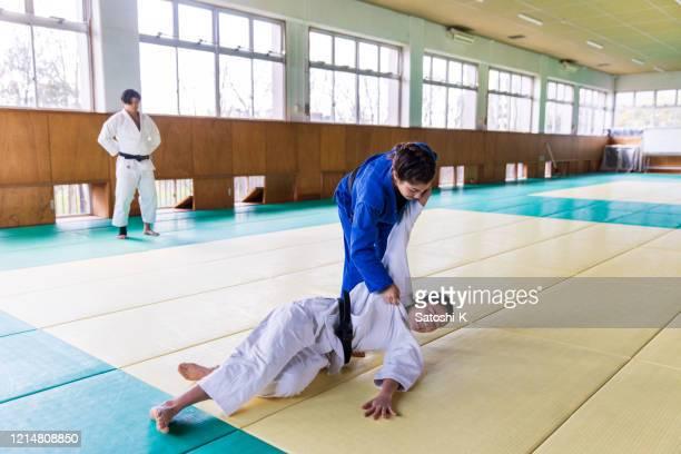 「ナゲワザ」投球技術で攻撃する若い女性柔道選手 - 柔道 ストックフォトと画像