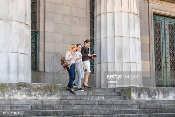 junge jurastudenten verlassen das universitätsgebäude - gemeinsam gehen stock-fotos und bilder