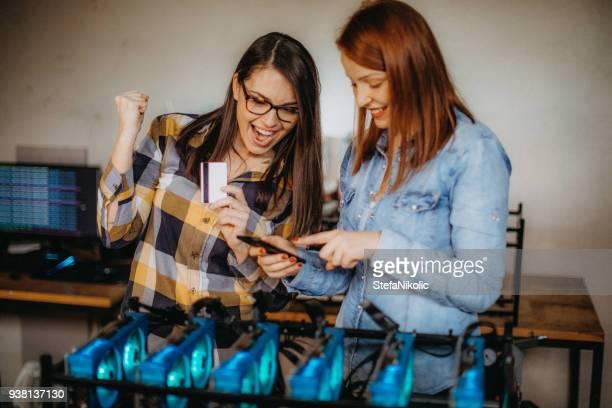 Junge weibliche Minenarbeiter Erfolge feiern
