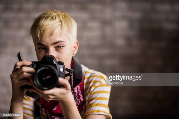jovem fotógrafo fêmea olhando para a câmera. - tirar foto - fotografias e filmes do acervo