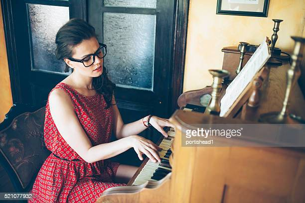 Jeune femme profitant d'un pianiste piano pratique