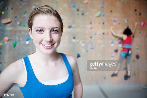 Junge weibliche Felsklettern
