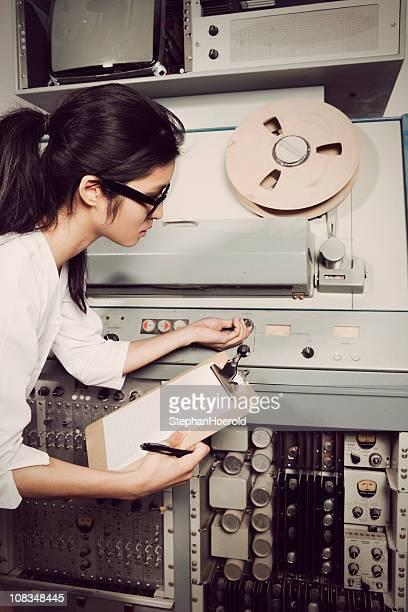 Joven mujer científico revisando ordenador, 60/70 estilo vintage