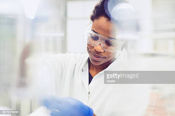 young female scientist working in the laboratory - cientista - fotografias e filmes do acervo