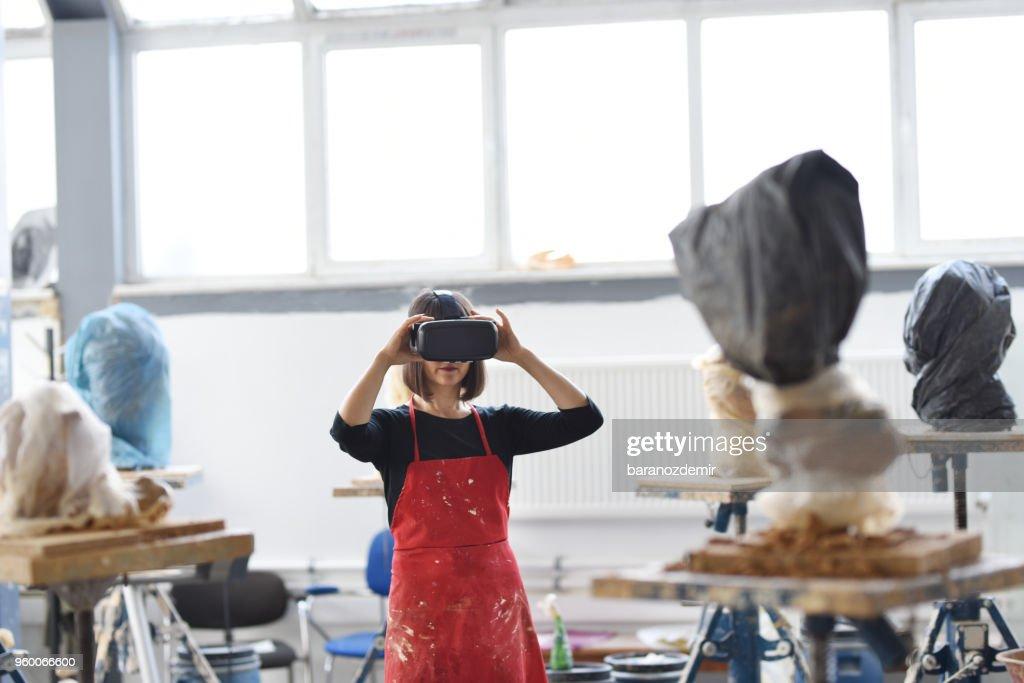 Junge weibliche Bildhauer arbeitet mit VR im Atelier : Stock-Foto