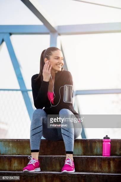 Jeune femelle assis à escaliers après entraînement