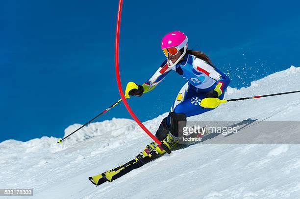Junge weibliche die Slalomläuferin während des Rennens