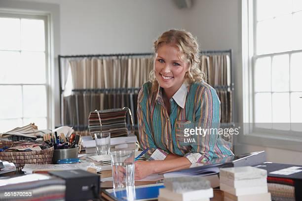 young female small business owner - olhos azuis - fotografias e filmes do acervo