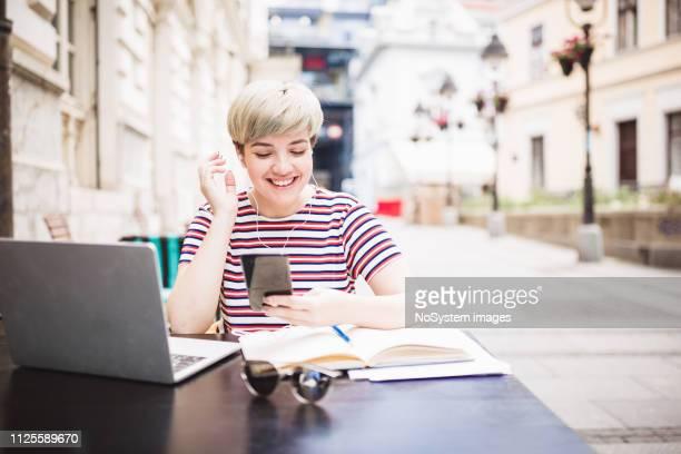 aluna aprendendo no café - literatura - fotografias e filmes do acervo