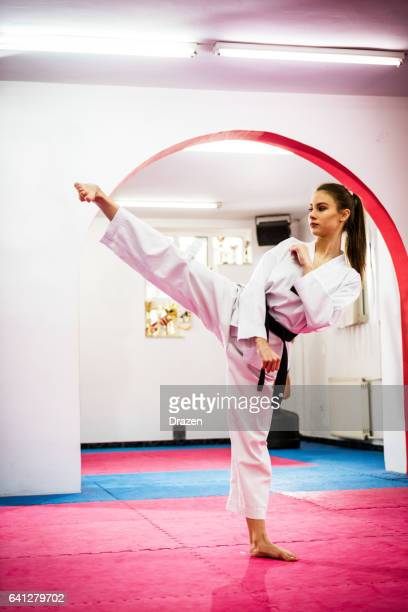 amateur de la jeune femme taekwondo sur la formation, échauffement - taekwondo photos et images de collection