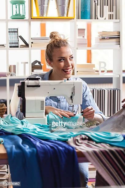 Junge weibliche Maßgeschneiderte Nähte Tuch auf Nähmaschine