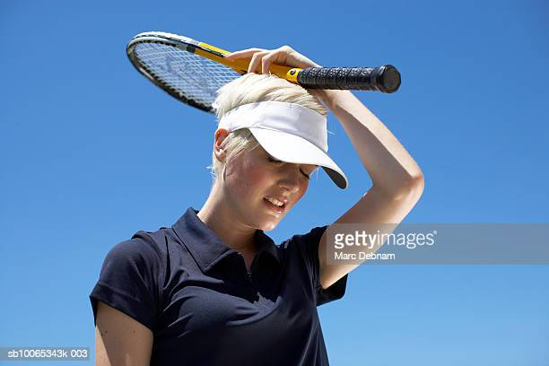young female tennis player expressing failure, outdoors - nederlaag stockfoto's en -beelden