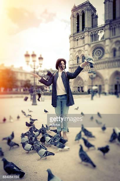Joven turista disfrutando de su viaje a París