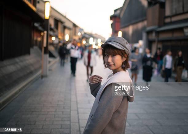 jeune femelle touriste visitant la ville japonaise traditionnelle à kyoto, japon - femme japonaise belle photos et images de collection