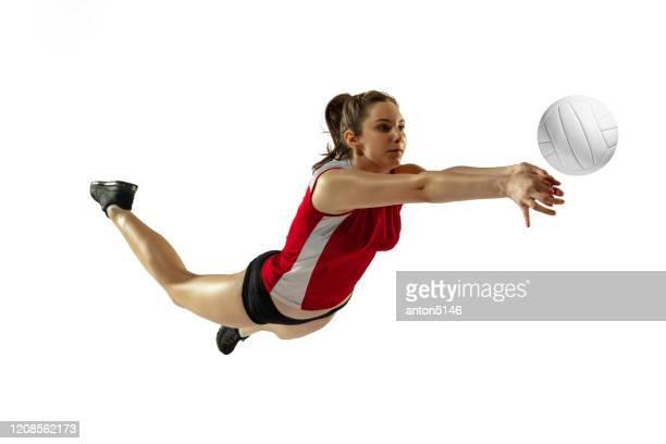 junge volleyballerin isoliert auf weißem studiohintergrund in flug und bewegung - volleyball mannschaftssport stock-fotos und bilder