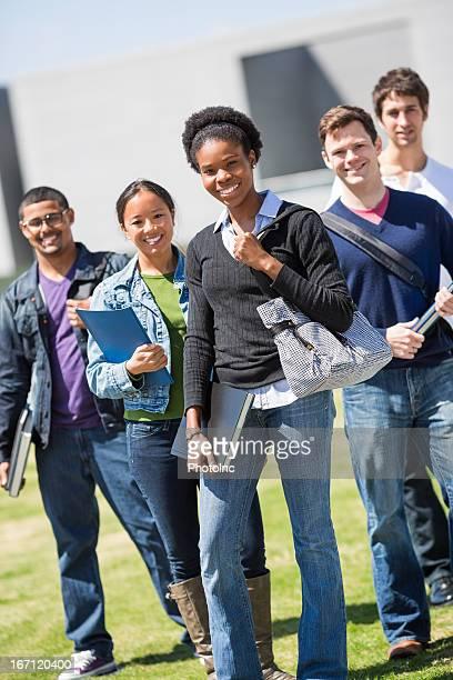 若い女性で、ご友人との大学のキャンパス