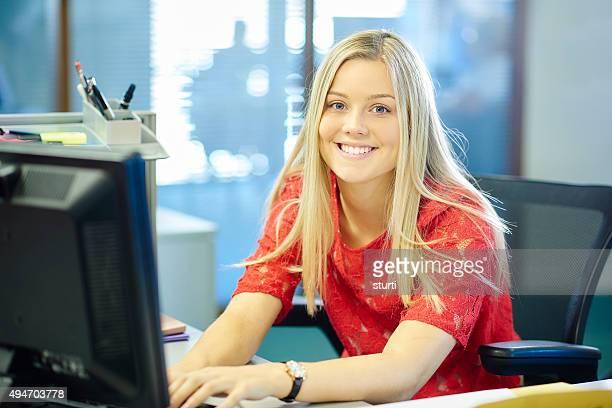 Junge weibliche Arbeit Platzierung Büroberuf