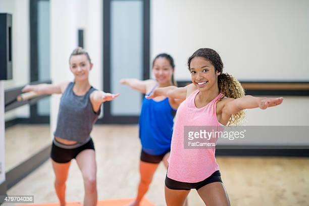 Joven mujer clase de Yoga