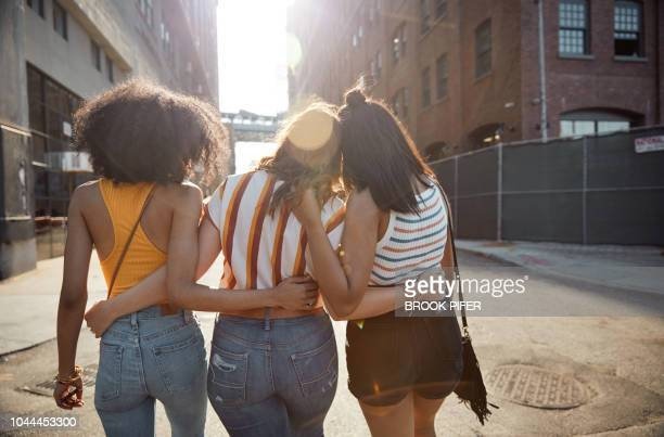 young females hanging out in city - female friendship stock pictures, royalty-free photos & images