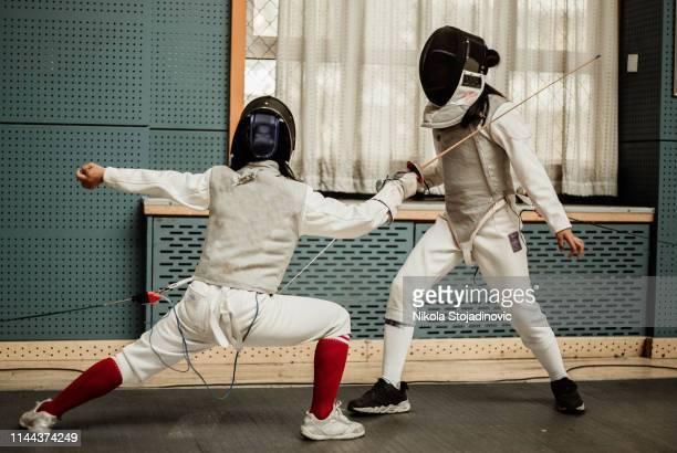 jonge omheiningen - combat sport stockfoto's en -beelden